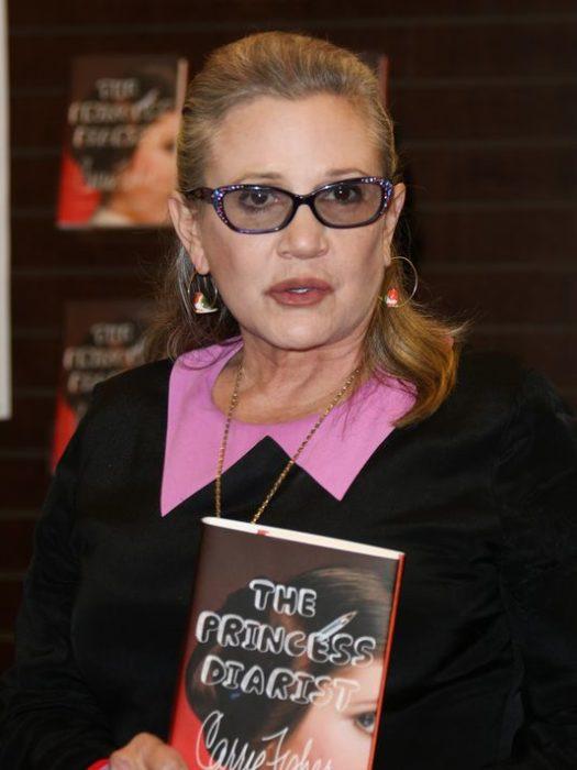 Carrie Fisher con su libro en los brazos