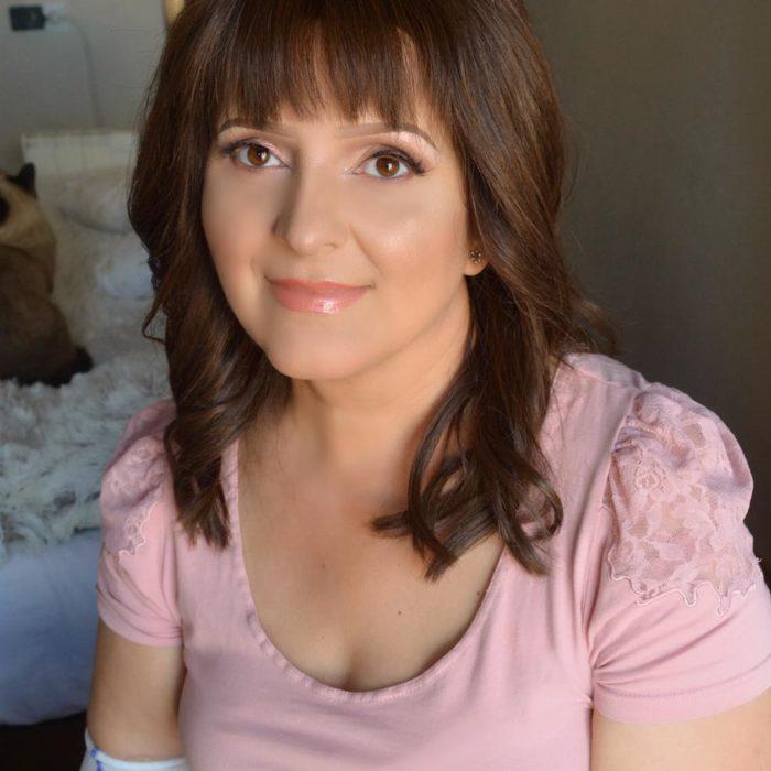 Mujer que tiene un tratamiento de quimioterapia maquillada