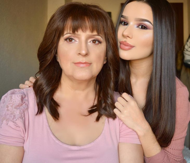 experta en maquillaje parada junto a su madre que sufre de cáncer