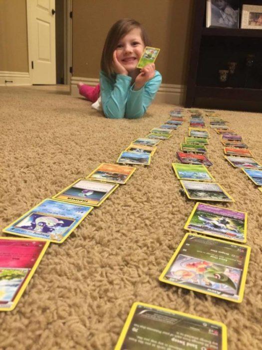 Niña con cartas de Pokémon