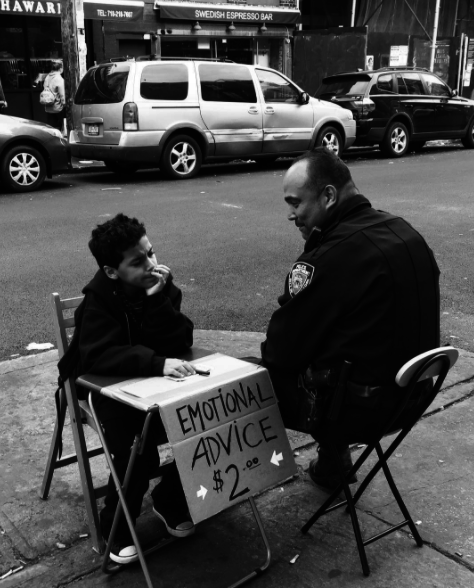 """Policía conversando con un niño que ofrece asesoramientos """"emocionales"""""""