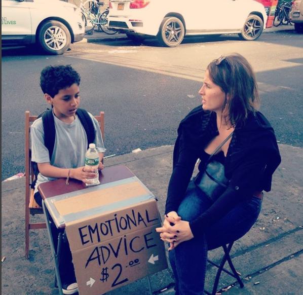 Niño conversando con una hcica mientras le da asesoramiento emocional