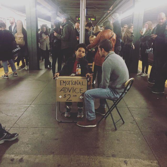 Niño que ofrece asesoramiento emocional conversando con una persona en el metro