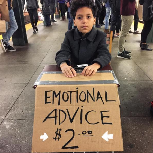 Niño que ofrece asesoramientos emocionales