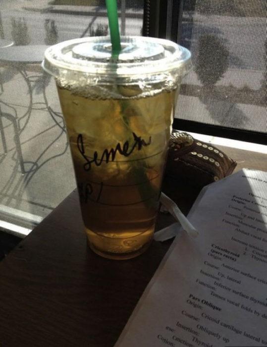 Vaso de Starbucks con el nombre de Simon mal escrito