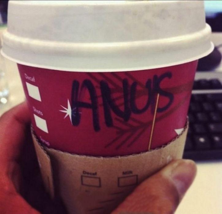 Vaso de Starbucks con el nombre mal escrito