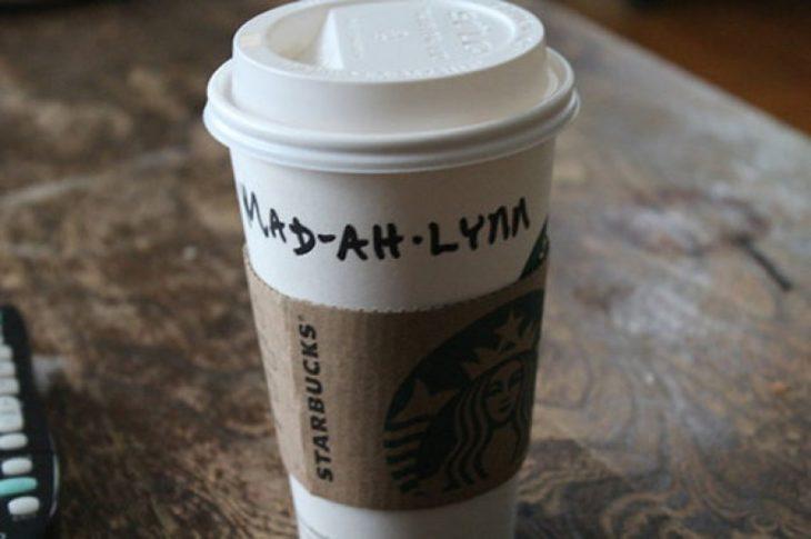 Vaso de Starbucks con el nombre de Madeline mal escrito