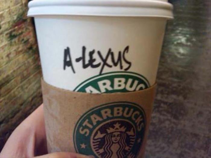 Vaso de Starbucks con el nombre de Alexis mal escrito
