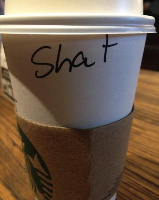 Vaso de Starbucks con el nombre de Chad mal escrito