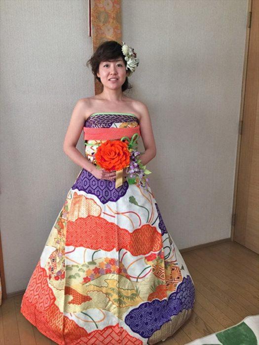 Novia japonesa usando un kimono mejorado y sin mangas