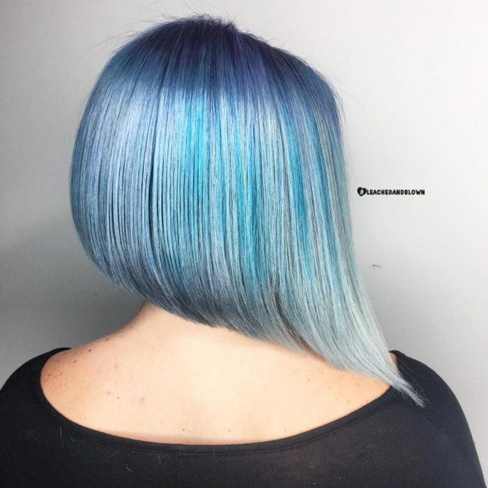 Cabello teñido en colores azules