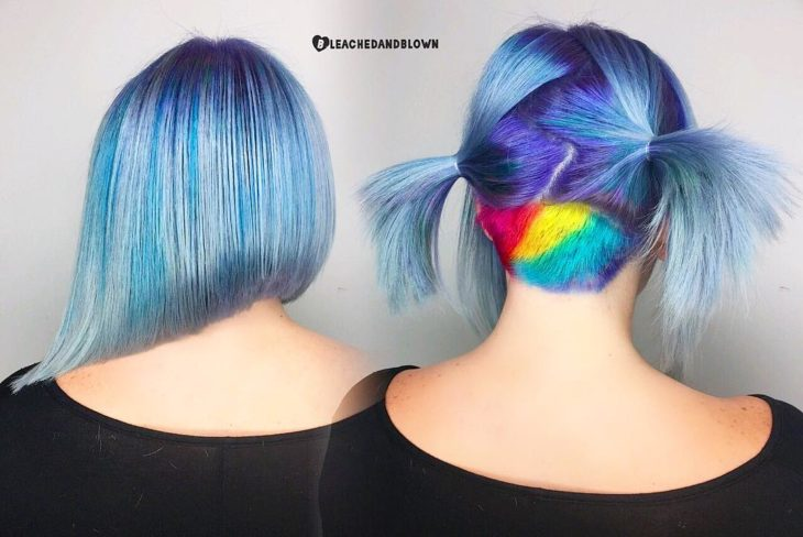 Cabello teñido en colores azules y un arcoíris en la nuca
