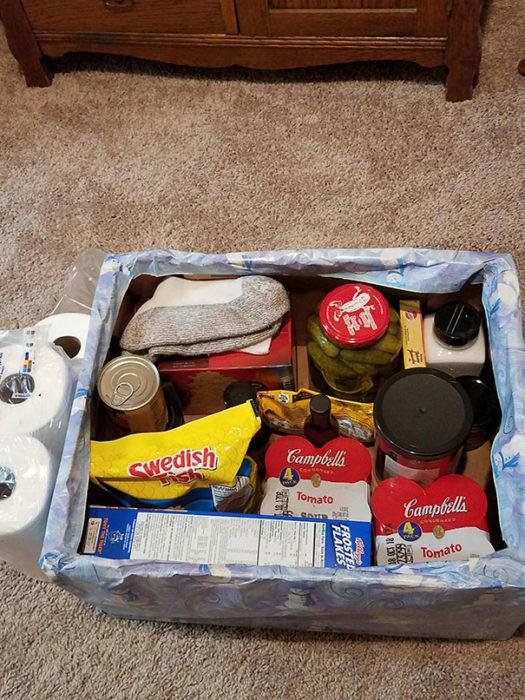 Caja con artículos para la cocina