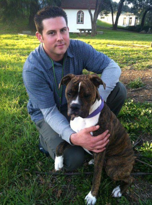Ryan Jessen y su perra boxer