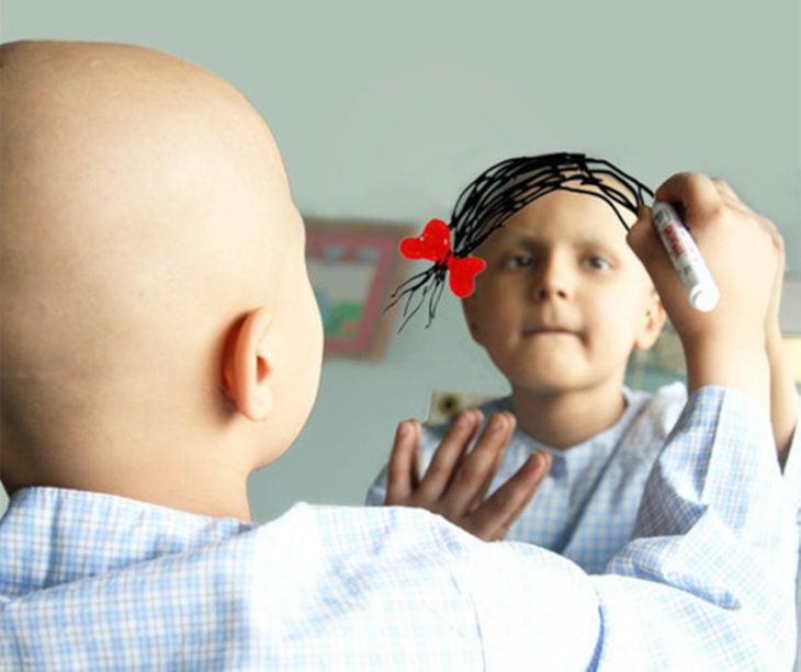 Niña con cáncer dibujándose cabello