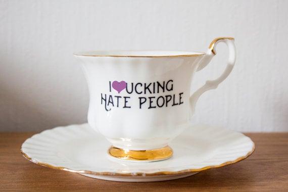 Taza con mensaje de odio