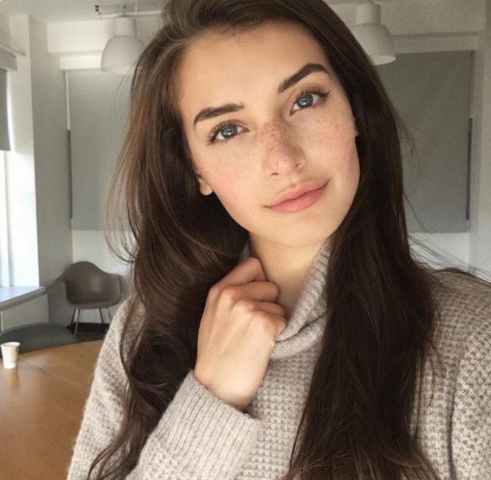 Chica con un maquillaje natural