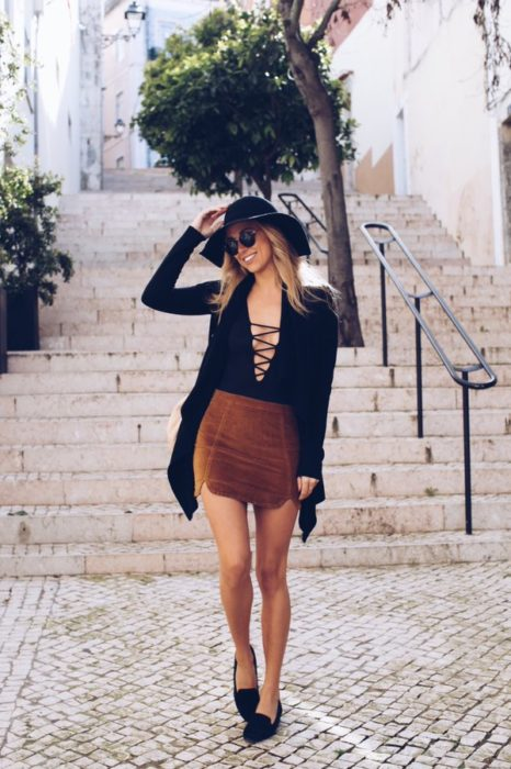 Chica usando un outfit bohochic