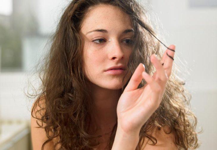 Chica con mascarilla en el cabello