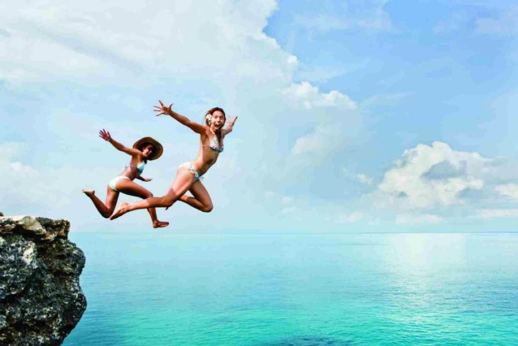 mujeres saltando al agua