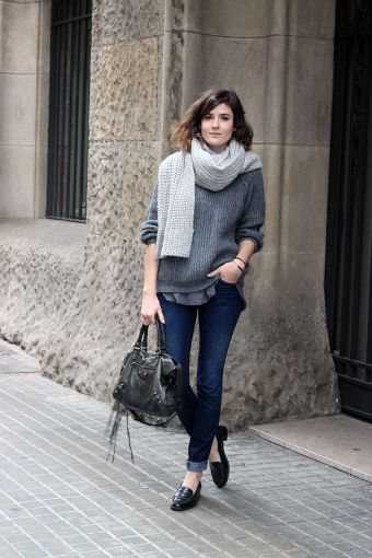 eb9134c90 Suéter gris y jeans oscuros ...