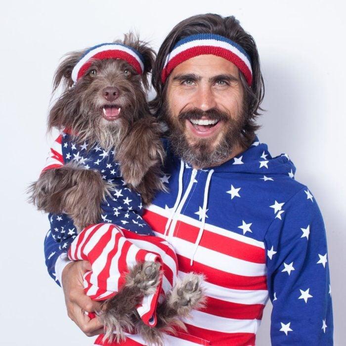 Chico junto a su perro disfrazado de la misma forma
