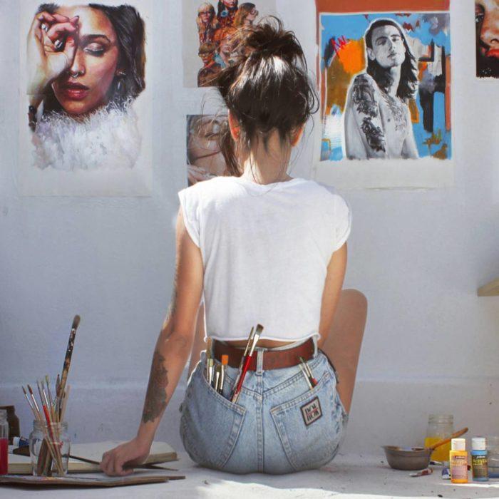 mujer sentada pintando
