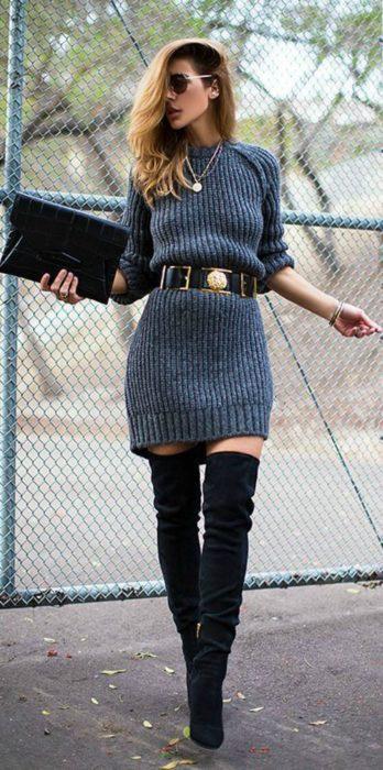 mujer con vestido tejido y botas altas