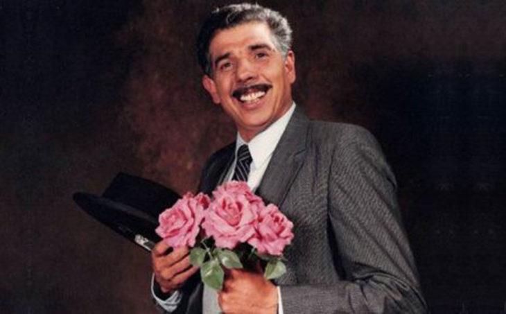 hombre con flores y bigote