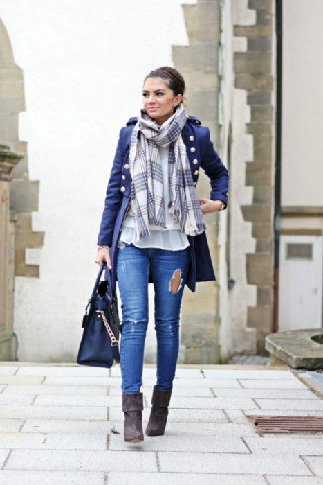 mujer con saco marinero con bufanda de cuadros azules