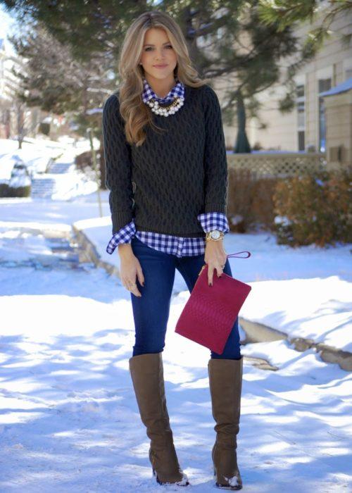mujer rubia con botas pantalon camisa de cuadros y sweter