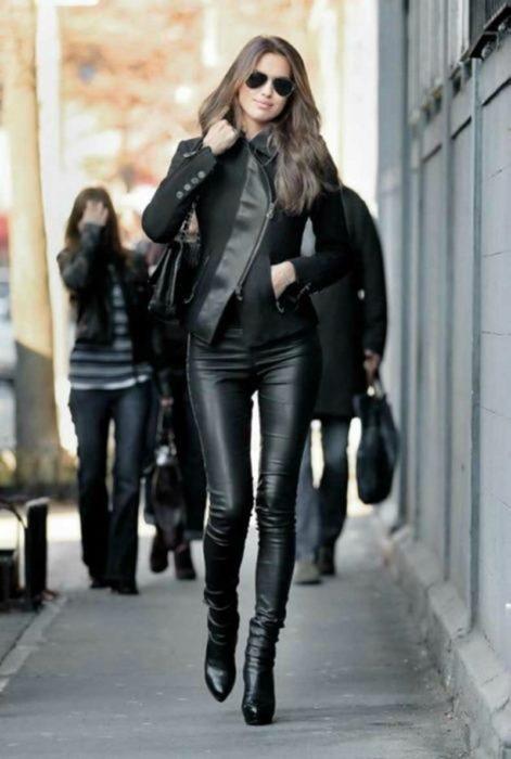mujer con pantalones de piel