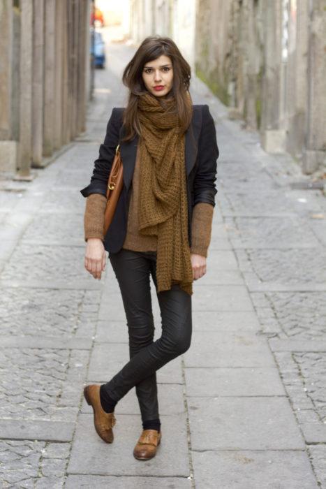 mujer con bufanda cafe