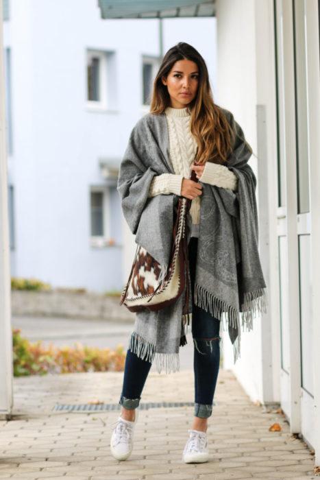 mujer con bufanda gris grande