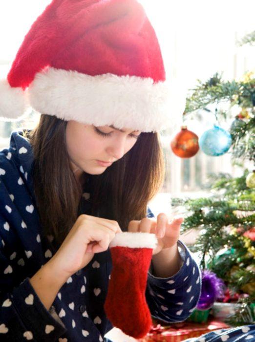 mujer con gorro navideño enojada