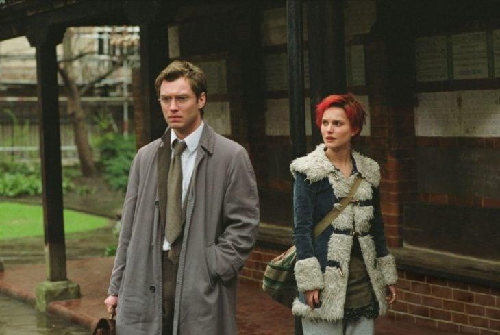hombre rubio al lado de chica de cabello rojo