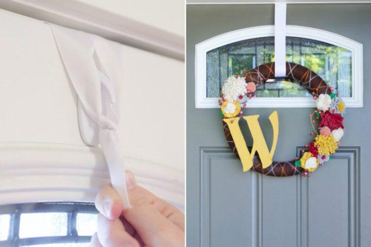 puerta de hogar con corona de navidad