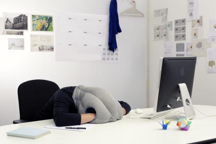 gorro para dormir en la oficina
