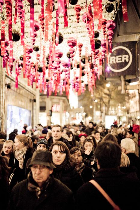 grupo de gente caminando entre tiendas