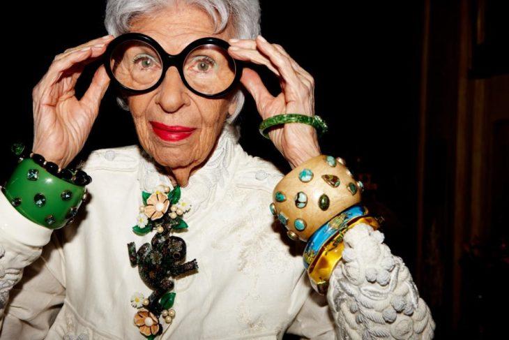 mujer de olentes con accesorios grandes