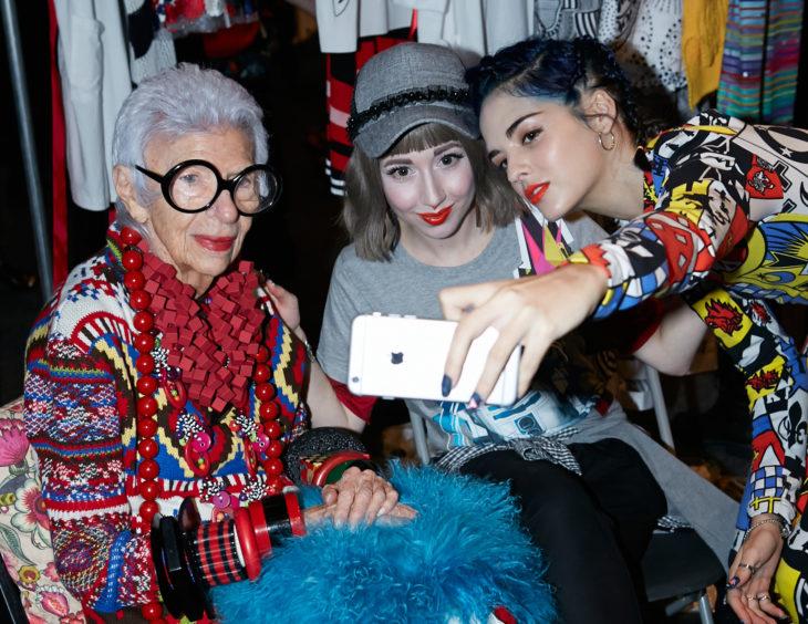 mujer anciana con lentes tomandose selfie con chicas