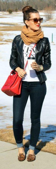 mujer con pantalon negro y bolso rojo