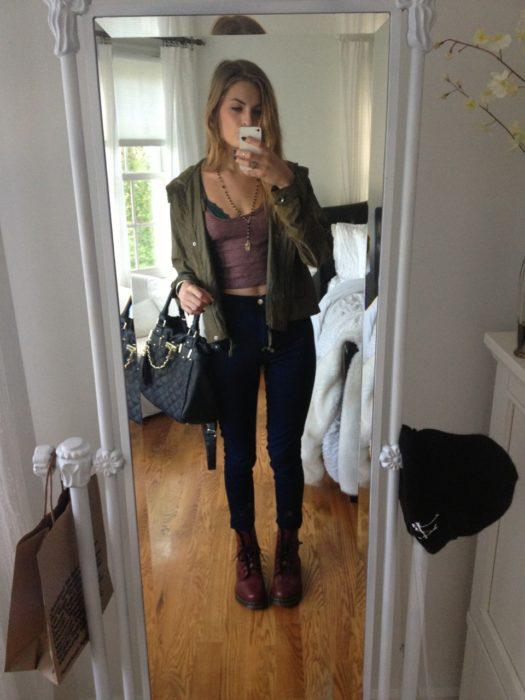 mujer con pantalon negro y crop top rosa