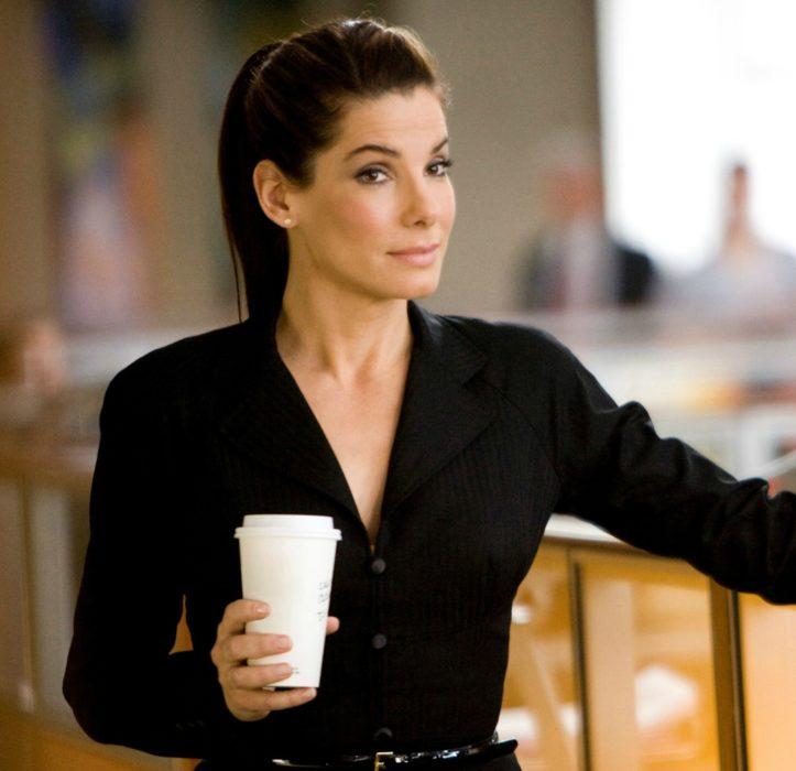 mujer blanca con cabello oscuro y cafe