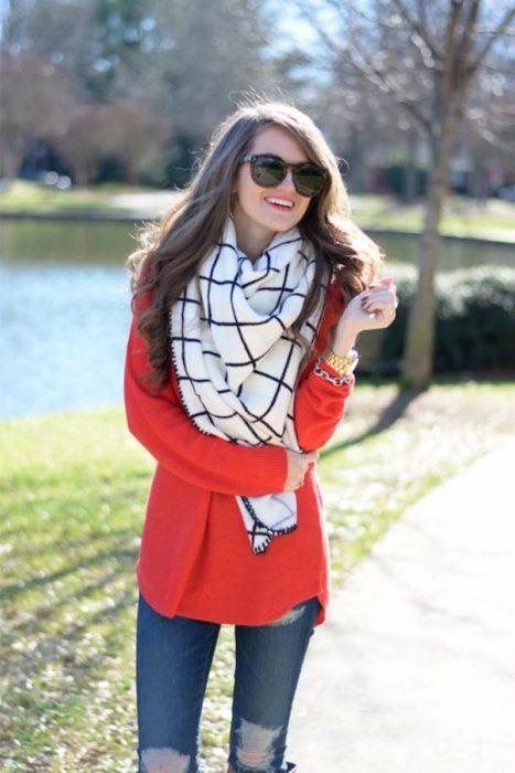 mujer con saco rojo y bufanda de cuadros