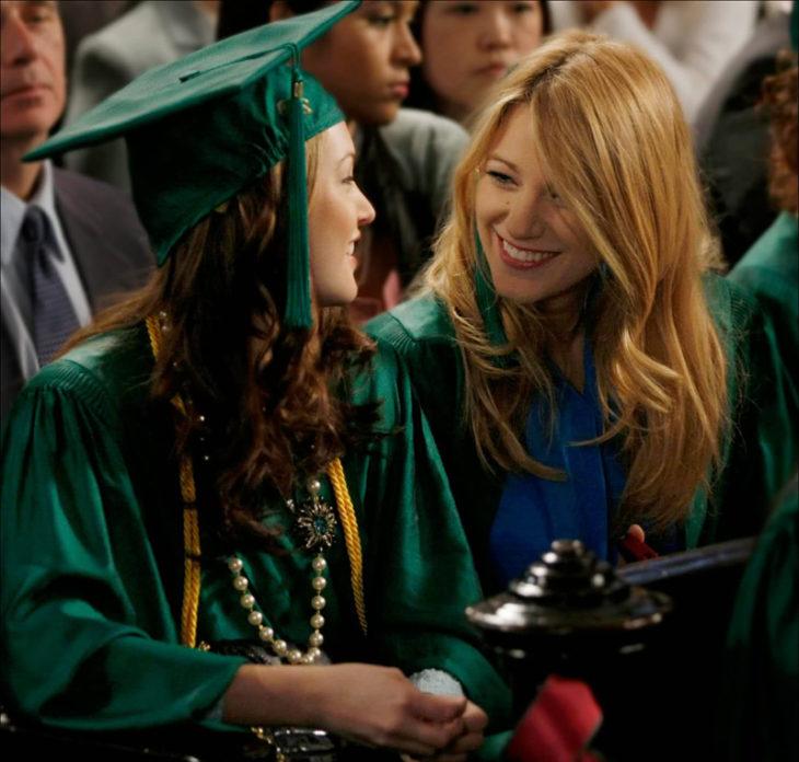 chicas con birrete y toga en graduación