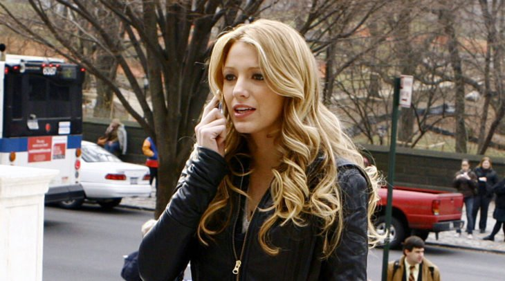 mujer rubia hablándo por telefono