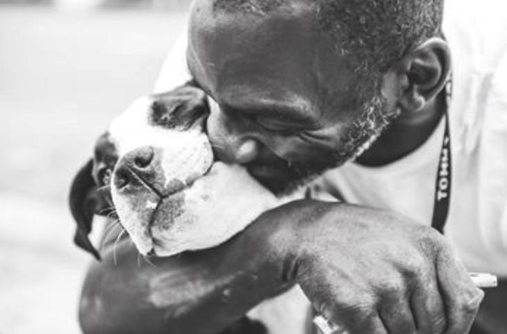 Hombre besando a su perro