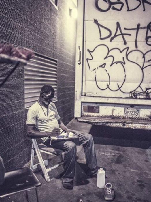 Hombre sin hogar vagando por las calles de los ángeles