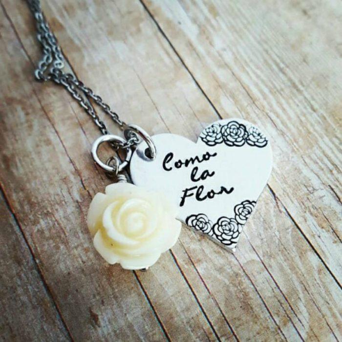 collar de corazón con una flor